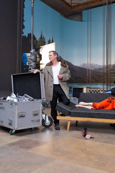 """Am Wolfgangsee spielt eine Szene des """"Ku'damm""""-Sequels. Vor idyllischer Kulisse besetzen Katharina Schüttler und Ludwig Trepte (""""Unsere Mütter, unsere Väter"""") das Sofa, auf dem die Crew in den Pausen gern herumlümmelt. Sylvester Groth und Maria Ehrich checken, ob die in Einzelteile zerlegte Figur in die Kiste passt (ja, tut sie) - und wie sich das Fußteil statt Stiletto anfühlt (noch unbequemer)."""