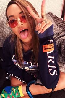 """Runde """"John Lennon""""-Brillen waren gestern! Rita Ora setzt auf den neuen sechseckigen Sonnenbrillen-Trend."""