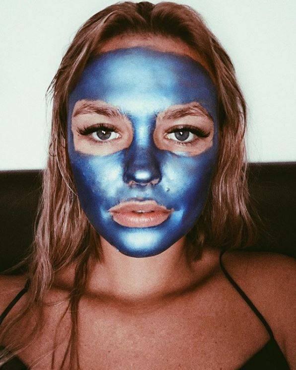 """Model und It-Girl Bonnie Strange gönnt ihrer Haut eine Beauty-""""Rehab"""" von """"Glamglow"""" (Gravitymud in Sonic Blue, erhältlich bei Douglas)."""