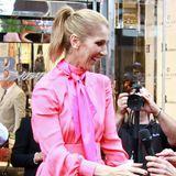 Schönes Accessoire bei Celines verspieltem Look ist nicht nur die passend pinkfarbene Hals-Schleife, auch ihr kostbarer Diamant-Schmuck an den Händen ist ein Blickfang.
