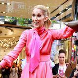 Die Fashion-Show der Pop-Diva geht weiter! Im pinkfarbenen Hingucker-Kleid präsentiert eine wie immer gut gelaunte Celine Dion ihre Handtaschen-Kollektion im kanadischen Montreal.