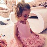 Ganz die Mama: Sophia Cordalis, 2, in einem rosafarbenen Prinzessinnenkleid, das Mama Daniela Katzenberger sicherlich auch ausgezeichnet stehen würde.