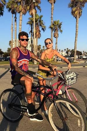 Chiara Ferragni und ihr Verlobter (Rapper Fedez) machen mit ihren coolen Zweirädern Venice Beach unser.