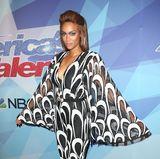 """Einen modischen Abflug macht """"America's Got Talent""""-Jurorin Tyra Banks leider im schwarz-weißen Retro-Jumpsuit mit extraweiten Ärmeln."""