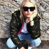 """High-Streetstyle: Lena Gercke posiert in einer lässigen Pose auf Instagram, in einem genauso lässigen Outfit. Wir haben uns direkt in ihren Camouflage-Blouson von """"Set"""" verliebt (ca. 280 Euro, erhältlich über set-fashion.com)"""