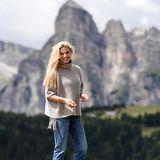 Mit der traumhaften Bergkulisse kann Michelle mithalten. Der Wander-Look mit Wollpullover Jeans und hellen Wildlederstiefeln passt perfekt in die Szenerie.