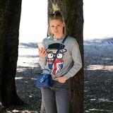 Auch den verspielten, superlässigen Look mit Comic-Sweater, Jeans und Sneakers beherrscht Michelle Hunziker perfekt.