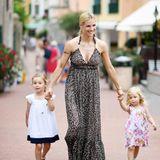 Beim Anblick dieser drei Schönheiten weiß man gar nicht, welches Sommerkleid schicker ist! Das Leo-Print-Maxikleid von Michelle, der maritime Look von Sole oder das Blumenkleidchen von Celeste?