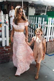 Alessandra Ambrosio feiert den Geburtstag ihrer Tochter Anja Louise. Die Neunjährige kann in Sachen Boho-Style auf jeden Fall mit ihrer Modelmama mithalten. Alessandra trägt einen gemusterten Zweiteiler, das Geburtstagskind trägt ein nudefarbenes Glitzerkleid mit Sandalen. Was für ein stylisches Duo!