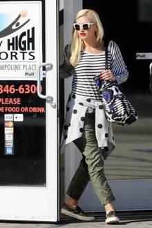 Mustermix in Schwarz und Weiß! Gwen Stefani ist mit Streifenshirt, Pünktchenjacke und gemütlicher Cargo-Hose ganz entspannt in L.A. unterwegs.