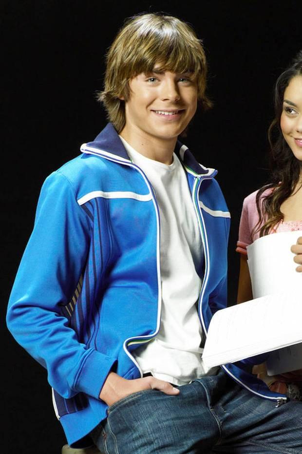 """Zac Efron  2006 löst nicht nur """"High School Musical"""" einen Hype aus. Es ist vor allem auch der Hauptdarsteller Zac Efron, der als Troy Bolton für Begeisterung sorgt. Mit seinem Teenie-Lächeln und dem Surferboy-Charme wird er schnell zum Liebling des weiblichen Publikums."""