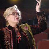 Alyson Reed  Für ihre Rolle als Ms. Darbus schlüpft Alyson Reed in das Kostüm einer exzentrischen Theater-Lehrerin. Dabei immer auf der Nase: die XXL-Brille.