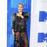 2016:  Auch Rita Ora machte mit ihrem wilden Mix aus Pelz- und Lederjacke, durchsichtigem Feder-Kleid und Plateau-Boots keine sehr stylische Figur.