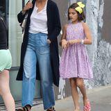 Die kleine Suri hat einen richtigen Schuss gemacht: Heute ist die Elfjährige ihrem Papa Tom Cruise wie aus dem Gesicht geschnitten. Die kleinen Stöckelschühchen hat der Fast-Teenie gegen bequeme Flip-Flops getauscht und im Haar trägt sie eine knallgelbe Schleife.