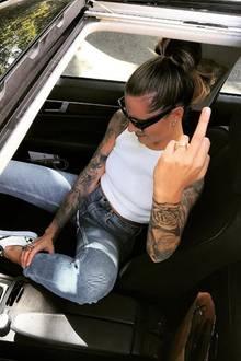 Rätselraten um diesen Ring. Aktuell turtelt Sophia Thomalla mit Gavin Rossdale, offiziell bestätigt ist ihre Beziehung zwar nicht, gemeinsame Fotos sprechen aber eine eindeutige Sprache. Nun postete Sophia dieses Bild mit einem auffälligen Klunker an ihrem Ringfinger der linken Hand. Haben die Beiden sich etwa verlobt?