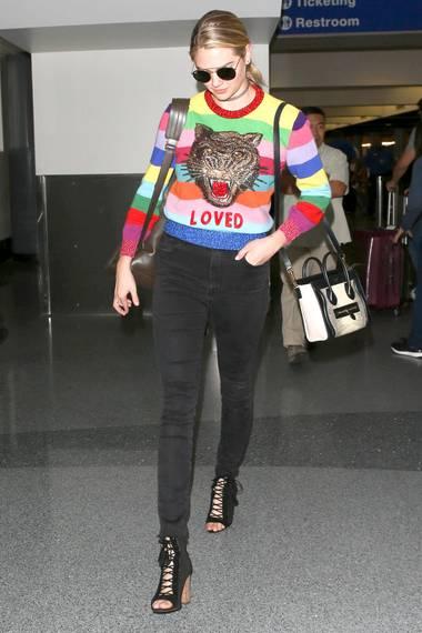 Zur engen schwarzen Jeans und Schnür-Sandaletten trägt Kate Upton am Flughafen von Los Angeles einen auffälligen Gucci-Sweater ...