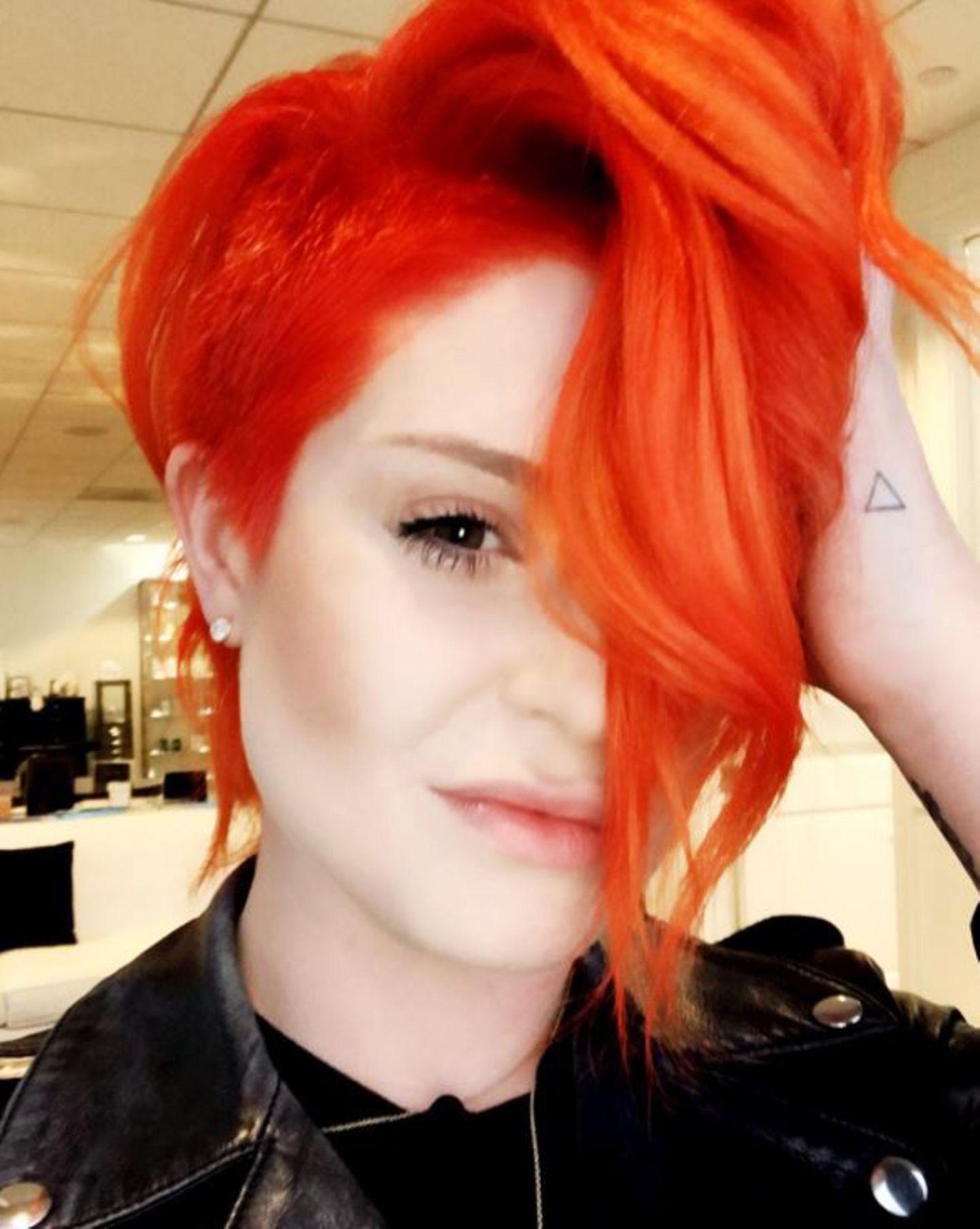 Dass Sängerin Kelly Osbourne experimentierfreudig ist, was ihre Haarfarbe angeht, ist nichts neues. Doch nun hat sie wirklich kräftig in den knalligen Farbtopf gegriffen