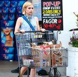 """In Beverly Hills erledigt Emma Roberts bei """"Bristol Farms"""" noch schnell die wichtigsten Wochenendeinkäufe. Dabei zeigt sich die Schauspielerin in einem lässigen Denim-Look."""
