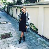 Im schwarzen Kleid und kuscheligen Mantel macht sich Cathy Hummels auf den Weg nach Hamburg. Wirklich sichtbar ist ihr Babybauch wieder einmal nicht. Das fällt auch ihren Fans auf ...