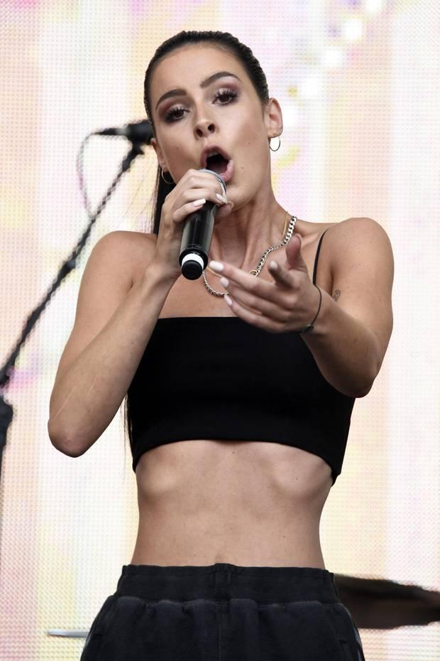 """Sängerin Lena Meyer-Landrut steht immer wieder aufgrund ihrer schmalen Figur in der Kritik. Auch Bilder ihres aktuellen Auftritts auf dem """"Stars for Free Festival"""" lösen Sorge bei ihren Fans aus. Eine Userin auf Instagram schreibt beispielweise: """"Du siehst wunderschön aus, aber ich glaube ein paar Kilo mehr würden dir noch besser stehen!"""""""