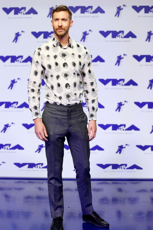 Eitler Pfau? Ein bißchen sieht Star-DJ Calvin Harris im Pfauenaugen-Hemd vielleicht so aus, das macht er aber immer noch sehr sexy.