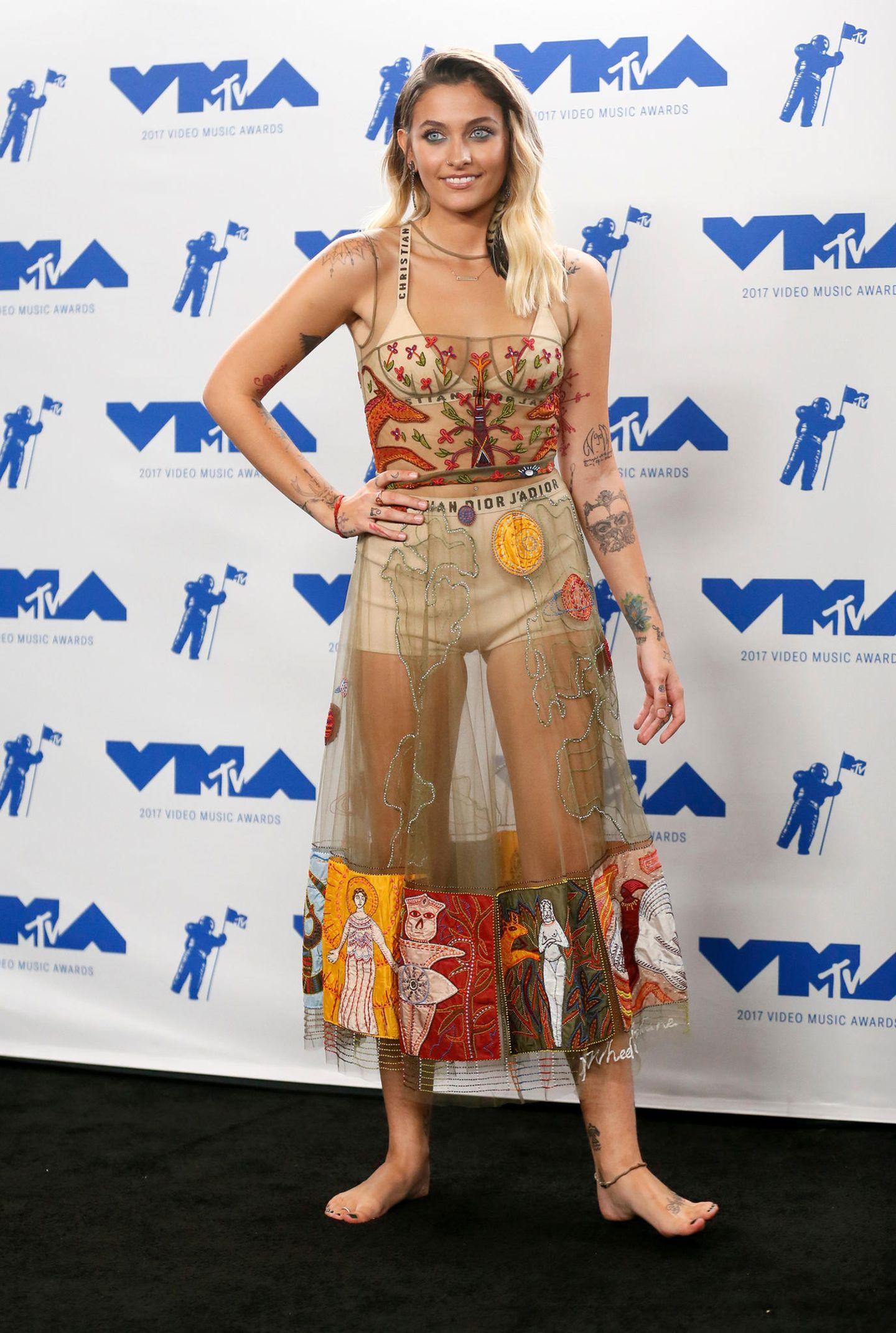 Barfuß in Dior: Der sehr transparente Hippie-Look wird von Paris Jackson selbstverständlich ohne Schuhe getragen. Soll ja authentisch wirken.