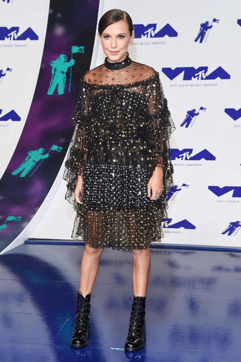 """""""Stranger Things""""-Star Millie Bobby Brown versucht sich als Fashion-Punk im Nieten-Tüll-Look."""