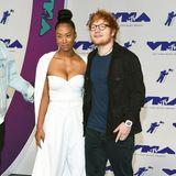 Ed Sheeran zeigt sich wie üblich im Schlabber-Look, seine FreundinJennie Pegouskie hingegen bezaubert im weißen Glamour-Jumpsuit mit Cape.