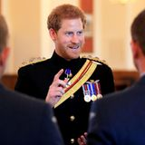 """Prinz Harry  Als sein Bruder Prinz William heiratete, hieß es """"Don't worry, you can still marry Harry"""". Einige Jahre später kann man sich damit allerdings auch nicht mehr vertrösten. Prinz Harry ist seit Ende 2016 mit Meghan Markle zusammen. Schade, ist er doch ein absoluter Sympathieträger und sicherlich eine gute Partie."""