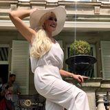 Daniela Katzenberger hat sich für das Pferderennen in Baden-Baden ganz ladylike in Schale geworfen. Der helle Overall mit passendem, weißen Schlapphut sieht super elegant aus und betont den erschlankten Körper des TV-Stars.
