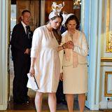 Bei diesem Look ist es auf jeden Fall der Faszinator des irischen Designers Philip Treacy, der alle Blicke auf sich zieht; fast 850 Euro soll das Accessoire kosten. Prinzessin Madeleine kombiniert ihn mit einem creme-farbenen Mantel und schlichten Pumps.