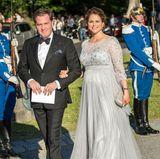 Als Prinzssin Madeleine und Chris O'Neill anlässlich der Hochzeit von Carl-Philip und Sofia in Stockholm ankommen, präsentiert die schwangere Schwester des Bräutigams stolz ihren Babybauch.