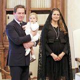 Beim Besuch des Papstes im April 2015 wölbt sich Madeleine Babybauch schon unter dem züruckhaltendem, schwarzen Outfit.