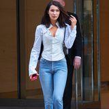 """Bella Hadid erscheint in einer lockeren Jeans und weißer Bluse beim Fitting für die diesjährige Show von """"Victoria's Secret"""". Kurze Zeit später verkündet sie via Instagram, dass sie auch dieses Jahr wieder auf dem Laufsteg zu bewundern sein wird."""