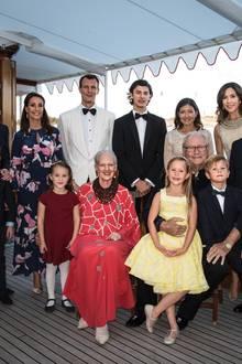 An Bord wird noch das offizielle Foto mit der kompletten Familie geschossen. Jetzt sind auch noch die Großeltern, Königin Margrethe und Prinzgemahl Henrik sowie Nikolais Tante, Prinzessin Mary, und seine Cousins und Cousinen Christian, Isabella, Vincent und Josephine mit dabei.