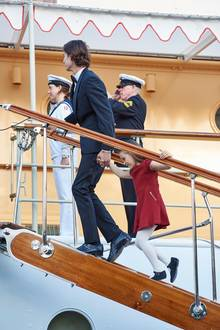 Das muss Athena aber auch gar nicht. Denn als es auf die königliche Yacht geht, die am Kai bei Amaliehaven liegt, nimmt ihr Bruder sie bei der Hand. Das nennen wir mal Fürsorge und Geschwisterliebe!