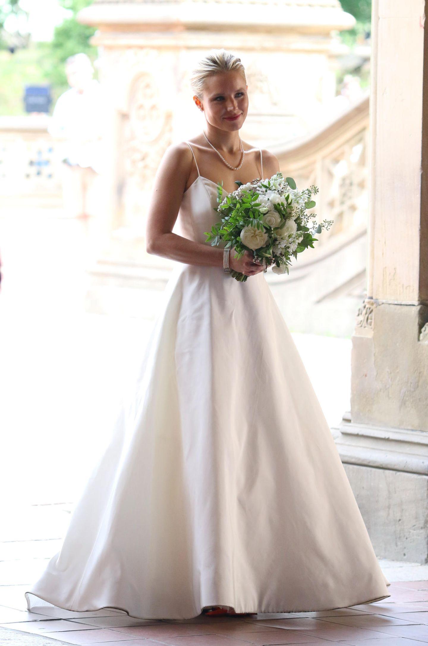"""Hier stimmt doch etwas nicht: Schauspielerin Kristen Bell ist doch schon verheiratet. Keine Sorge, Ehemann Dax Shepard wird nicht ausgetauscht. Für ihre Rolle im neuen Film """"Like Father"""" schlüpft die hübsche Blondine erneut in ein Hochzeitskleid."""