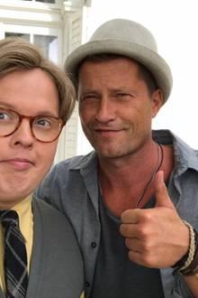 """Regisseur Till Schweiger lobt Angelo Kelly: """"Gestern dritter Drehtag von """"Klassentreffen""""! Angelo, du warst super!"""" Dank einer Perücke überraschte der """"The Kelly Family""""-Star mit einer krassen Typveränderung."""