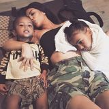22. August 2017  Kuschelige Kardashians: Mama Kim knuddelt mit ihren süßen Kids North und Saint, während draußen eine Sonnenfinsternis vonstattengeht.