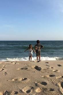 23. Juli 2017  Mit ihren Kids genießt Kourtney Kardashian den Sommer am Meer und geht täglich mit ihnen an den Strand.