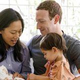 28. August 2017  Mark Zuckerberg teilt ein niedliches Familienfoto: Der frischgebackene Zweifachpapa zeigt sich mit Ehefrau Priscilla Chan, Tochter Maxima und dem Neugeborenen: Töchterchen August.