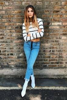 Blue Jeans und Streifenoberteile gehen immer! In Kombination mit spitzen Boots gibt Stefanie Giesinger dem Look noch das gewisse Etwas.