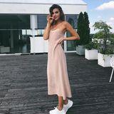 Manchmal ist weniger tatsächlich mehr: In einem schlichten Kleid von Fendi sieht Stefanie Giesinger einfach bezaubernd aus. Da braucht es nur noch unifarbene Sneaker und der Look ist komplett.