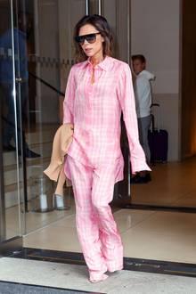 Ganz anders steht es allerdings um diesen Look. Die Pyjama-Kombination steht Victoria einfach ausgezeichnet und sieht zusammen mit der Sonnenbrille einfach cool aus.