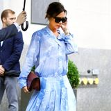 Eigentlich lieben wir Victoria Beckhams Stil, der sich meist aus weiten Hemdblusen und tief sitzenden Röcken oder Hosen zusammensetzt. Bei dieser hellblauen Kombination müssen wir allerdings eine Ausnahme machen. So ganz können wir uns mit dem Batik-Wolken-Print und der Farbe einfach nicht anfreunden.