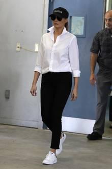 """Melania Trump in Sneakern?! Das hat es bisher noch nie gegeben. Denn eigentlich zeigt sich die First Lady doch nur mit hohen Absätzen. Ganz anders nun bei einem Termin in Texas. Hier ist sie in den """"Stan Smiths"""" von Adidas unterwegs - ein klarer Fall von """"Füße in Unschuld waschen"""". Melania scheint darin die Öffentlichkeit beruhigen zu wollen, nachdem sie kurz zuvor in High Heels - statt in Gummistiefeln - in ein überschwemmtes Katastrophengebiet reiste (siehe nächstes Foto)."""