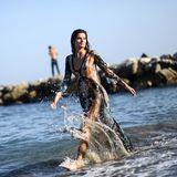 Für die Fotografen setzt sich Isabeli Fontana im Wasser in Szene.