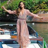 Die berühmten Wassertaxis bieten jedes Jahr ein tolles Fotomotiv. Auch ModelIzabel Goulart wirft sich in Pose.