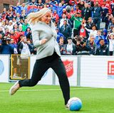 """29. August 2017  In Oslo eröffnet Prinzessin Mette-Marit die """"Fußballweltmeisterschaft der Obdachlosen 2017"""" mit einem gekonnten Schuss ins Tor."""