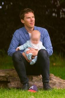 """12. August 2017  Die erste große Ausflug von Baby Hal Auden: """"Sherlock""""-Star Benedict Cumberbatch wird endlich mit seinem Söhnchen gesichtet..."""